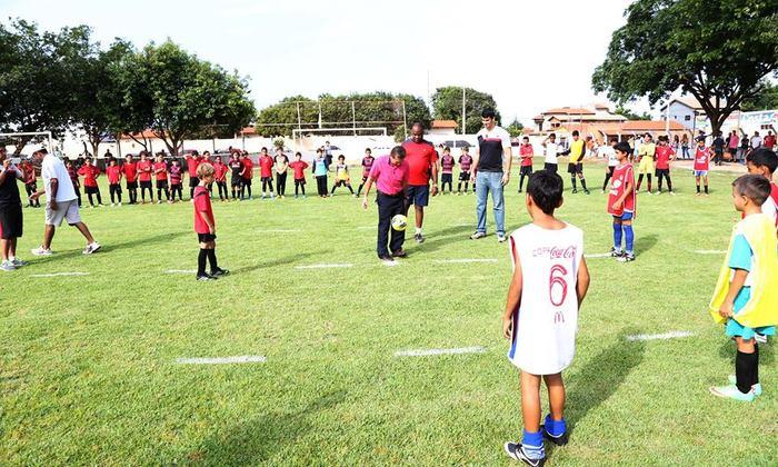Superintendente do Esporte, Salim Milhomem, bate bola com garotada do projeto do Governo do Estado, na Escolinha Nilton Santos