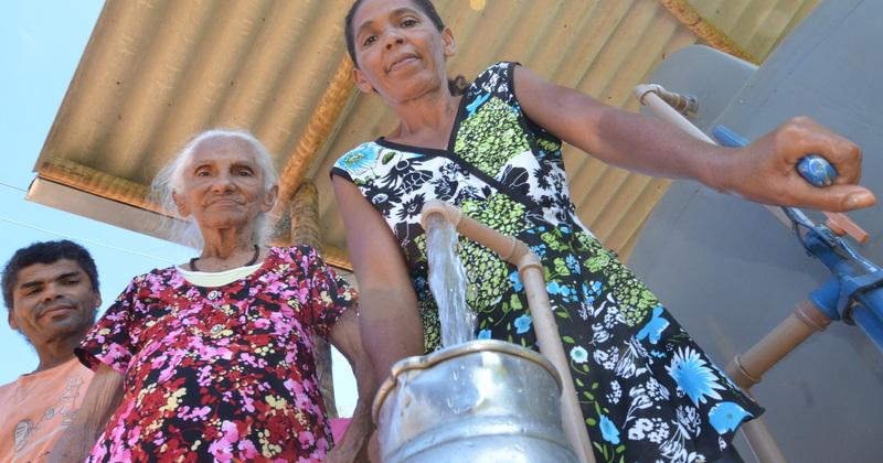 Em Taguatinga família Couto retira água da cisterna para uso doméstico
