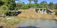 Em substituição a uma pequena e velha ponte de madeira está sendo construída uma galeria (bueiro celular triplo) na zona rural de Colinas - Thiago Sá (2).JPG