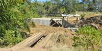 Em substituição a uma pequena e velha ponte de madeira está sendo construída uma galeria (bueiro celular triplo) na zona rural de Colinas - Thiago Sá.JPG