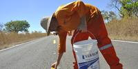 Trabalhadores finalizam sinalização horizontal colocando olho de gato na TO-354 no trecho Pugmil a Pium. Thiago Sá.JPG