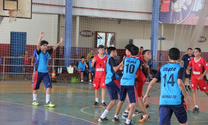 Colégio Ulbra, de uniforme azul, conquistou o título no handebol e garantiu vaga nos Jogos Escolares da Juventude 2016
