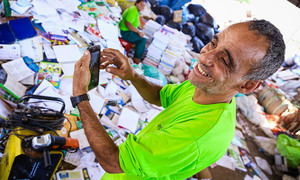 """Marcos Aurélio exibe orgulhoso seu smartphone """"sabido, que tem até zap"""""""
