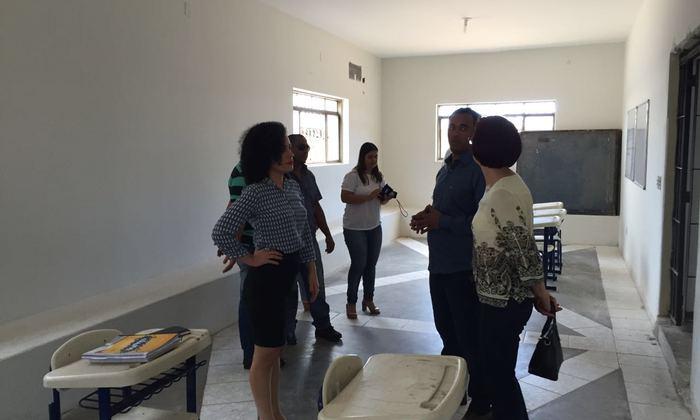 Gleidy Braga e autoridades visitaram salas de aula que também receberam melhorias.
