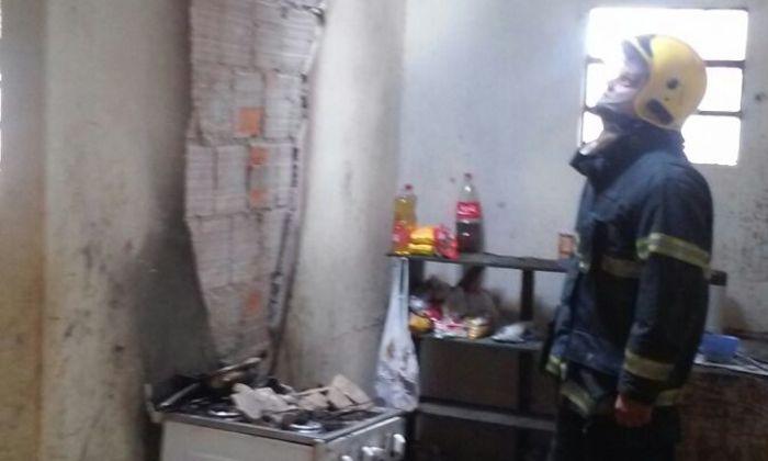 Em ambos os casos o fogo teve início na cozinha e eletrodomésticos e parte da estrutura dos dois imóveis foi danificada