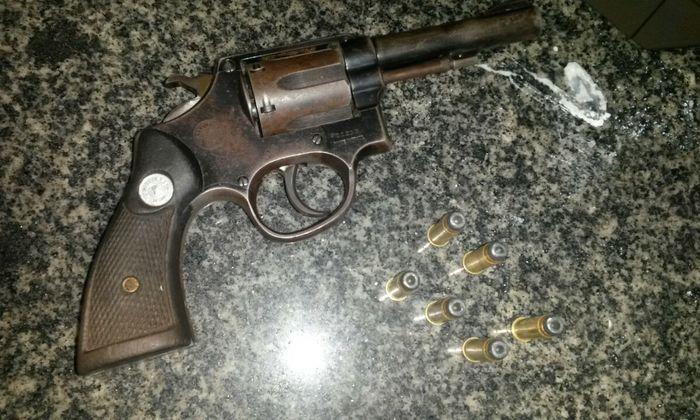 Arma de fogo apreendida pela PM com acusados de roubo em Gurupi.