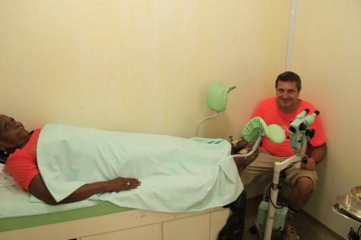 Com capacidade de atender até 100 pessoas por especialidade, o projeto realiza desde a triagem até o procedimento cirúrgico de cauterização ou de biópsia, em caso de ser detectada lesão suspeita