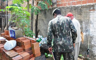 Vistoria em quintal em busca de criadouros do mosquito da dengue