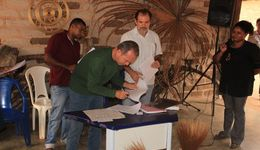 Edson Cabral, vice-presidente do Naturatins, assina termo