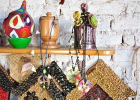 Dentre os produtos artesanais selecionados estão jarros, cestas e colares de capim dourado e de outros materiais