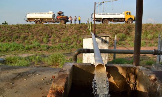 Agência de Saneamento auxilia abastecimento com caminhões-pipa em Carmolândia