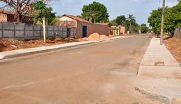 Na parte alta do bairro, a maioria das ruas já está com asfalto, meio-fio e calçadas prontas