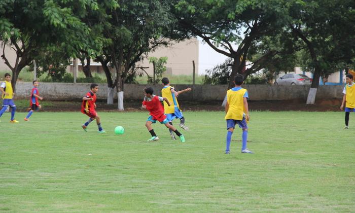 Projeto do Governo do Estado realiza atividades de iniciação esportiva na modalidade de futebol.JPG