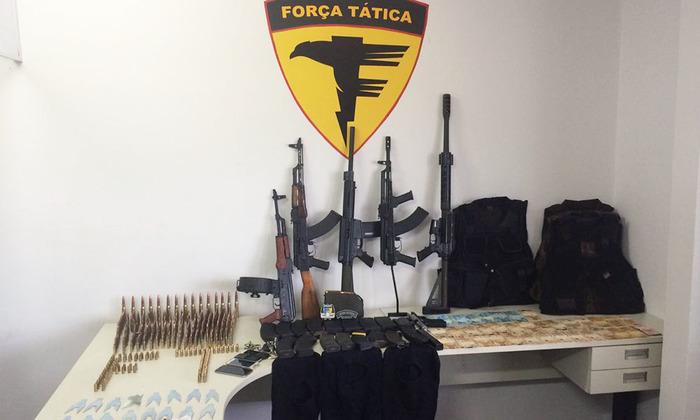 Armas, dinheiro, drogas e demais materiasi apreendidos com integrantes da quadrilha em Novo Jardim
