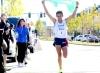 Corredor Antônio Wilson ergue a bandeira do Brasil durante a vitória da Meia Maratona do último sábado em Massachusetts (EUA)