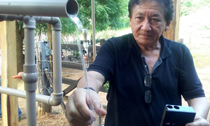 Eládio Braga, coordenador da Suest/PA, retira amostras para exame de qualidade
