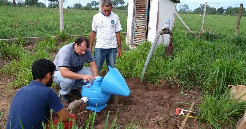 Químico da ATS, Marcos Antônio, acompanha instalação de dosadoras