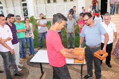 O evento teve atividades práticas, como transferência de colônia, divisão de enxames e Produção de atrativos à base de capim santo para caixas iscas