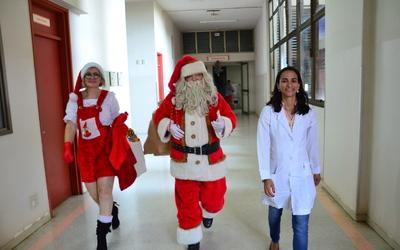 Papai Noel Visita Hospitais  - Foto  Valdo França  (55).JPG
