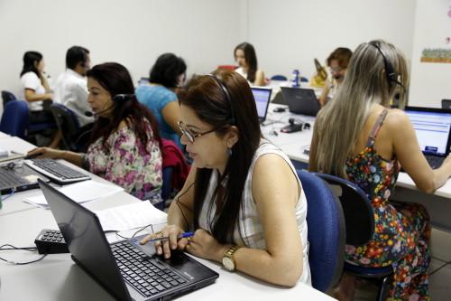 Técnicos se revezam em Call Center da Seduc para atender solicitação de matrículas para alunos novatos na rede estadual de ensino
