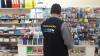 Fiscais do Procon-TO durante levantamento de preços nas papelarias de Palmas