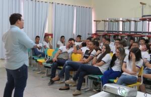 Gerente de Educação do Procon-TO, José Santana, ministra palestras para estudantes na Capital