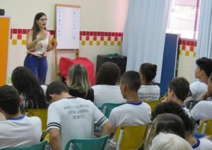 Liliane de Moura, técnica em Educação para o Consumo, durante palestras em escola de Palmas