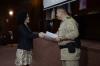 O Coronel Henrique de Souza entregou o diploma de mérito comunitário pelo trabalho da secretária Gleidy Braga na área da segurança preventiva.
