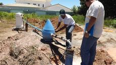 Engenheiro civil André Luis e o operador local da ATS, José Carlos Meneses, analisam novo poço ligado em Pium