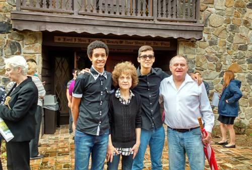 Guilherme com a família americana que o adotou
