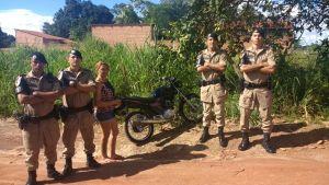 Moto restituída à proprietária após ser recuperada por policiais militares.jpeg