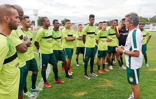Técnico repassa orientações para a equipe durante treino do Gurupi