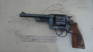 Revólver onde foram encontradas impressões digitais de suspeito