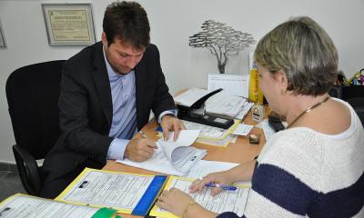 Presidente da ATR Jota Patrocínio e promotora de Justiça do MPE, Márcia Mirele Stefanello Valente, assinam o TAC