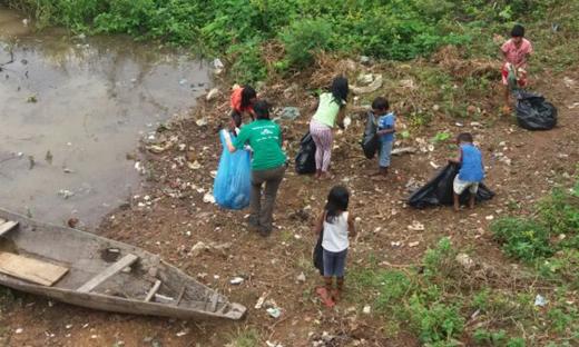 Indígenas Karajá realizam limpeza às margens do Rio Tocantins