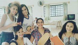 Alania (c) ao lado das alunos da AAFETO