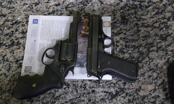 Armas apreendidas pela PM após confronto com indivíduos na zona rural de Porto Nacional.