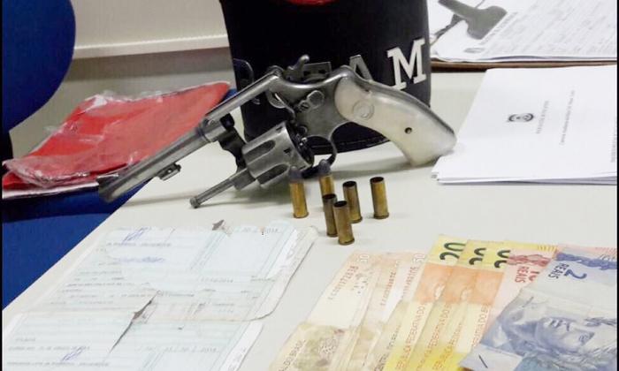 Arma e dinheiro apreendido pela PM com autor de disparos na região norte.