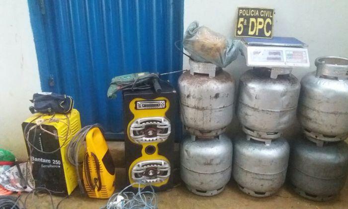 No local, foram encontradas várias bicicletas e peças de bicicleta, botijões de gás e ferramentas de serralheria, como máquina de solda.