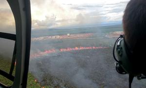 De imediato, a equipe decolou com o helicóptero e, após chegar ao local, deu início ao combate as chamas