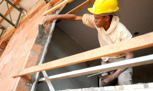 A Construção Civil, embora tenha variado em 1,98%, gerou 230 vagas