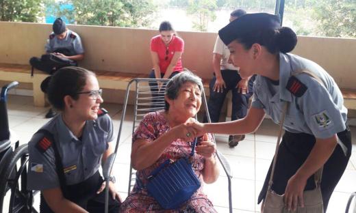 Os alunos do Colégio interagiram com os idosos do abrigo