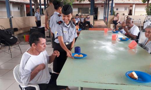 Os idosos tiveram momentos de alegria e descontração com os alunos do Colégio Militar