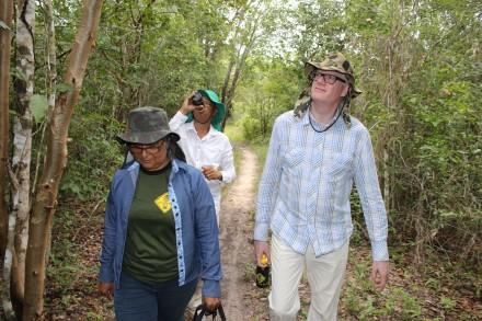 Na trilha no torrão do Seu Levi, os turistas Francisco Carlos Leal e o irlandês Thomas Giblin observam o verde da mata e os ninhos dos pássaros