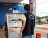 Fiscais verificam preço dos combustíveis nas bombas em Mateiros