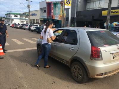 A ação teve o intuito de orientar os motoristas e motociclistas que vão pegar a estrada no feriado da Semana Santa.
