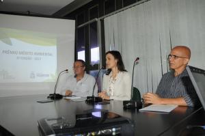 A secretária Meire Carreira lança o concurso ao lado do jornalista Álvaro Vallim (esq.), representante do Sindjor-TO, e do diretor de Desenvolvimento Sustentável, Jânio Washington