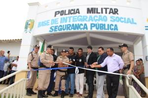 Autoridades desfazem o laço que marca a inauguração da Base Comunitária.