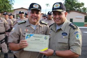 Comandante do 1º BPM entrega certificado de colaborador ao comandante geral.