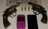 Com o suspeito, a PM encontrou dois revólveres, facas e aparelhos celulares